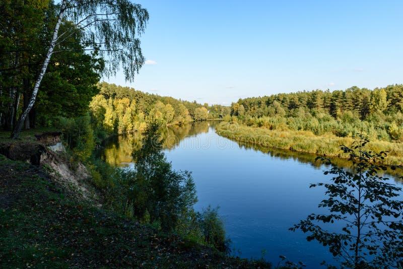Download Hochwasserniveau Im Fluss Gauja, Nahe Valmiera-Stadt In Lettland S Stockfoto - Bild von park, herbst: 106800948