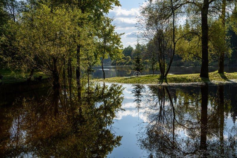 Download Hochwasserniveau Im Fluss Gauja, Nahe Valmiera-Stadt In Lettland S Stockbild - Bild von speicher, zeichen: 106801153