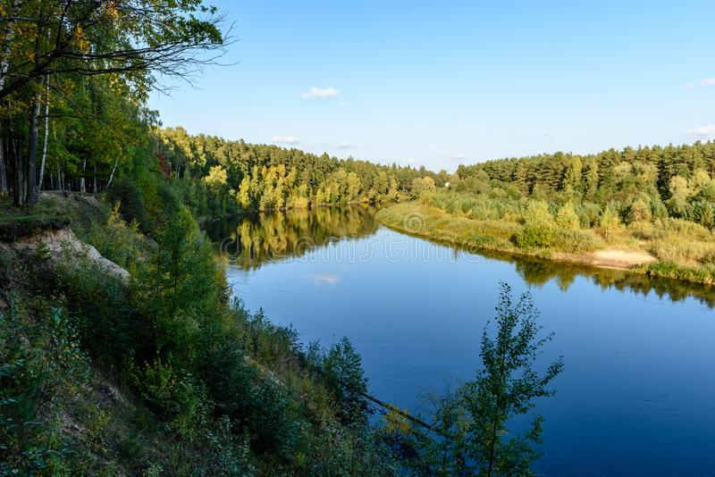 Download Hochwasserniveau Im Fluss Gauja, Nahe Valmiera-Stadt In Lettland S Stockfoto - Bild von draußen, grotte: 106801286