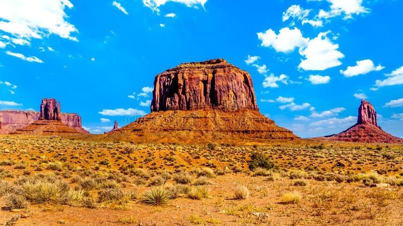 Hochwertige Rote Sandsteinformationen von West Mitten Butte, Merrick Butte, East Mitten Buttes im Monument Valley Navajo Stammesp stockfoto