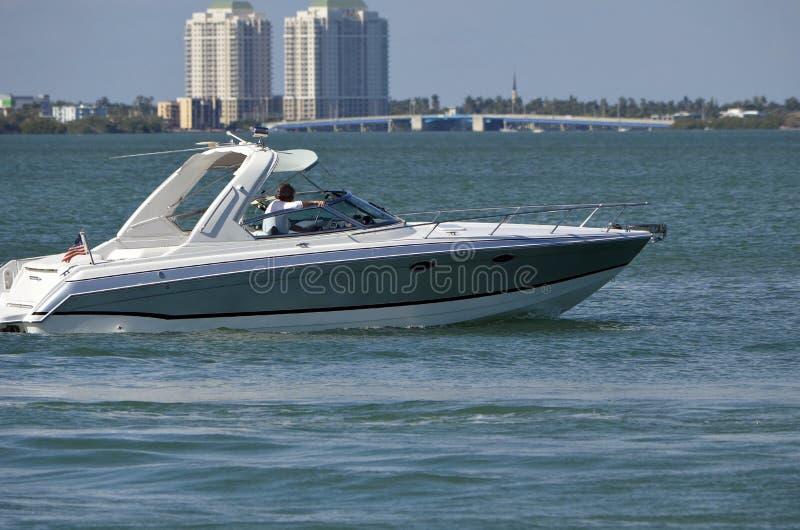 Hochwertiges Motorboot auf der Florida-Intra-Küstenwasserstraße stockfotos