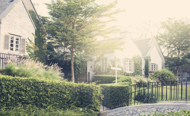 Hochwertiges Vorstadthaus mit Garten und Brücke stockfotografie