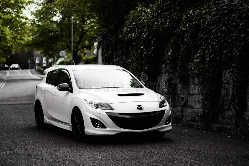 Hochwinkelaufnahme eines weißen Mazda-Autos auf der Straße in Wolverhampton, Großbritannien lizenzfreies stockfoto