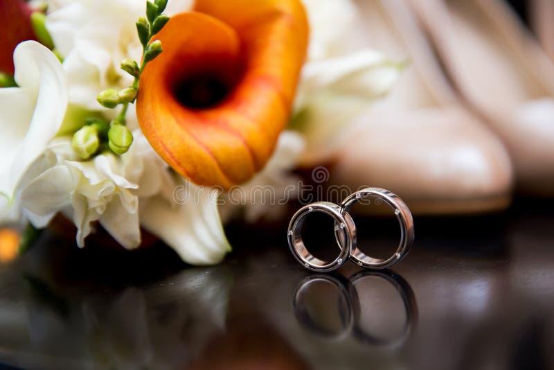 Hochzeit bereift Ringe und Blumenstrauß lizenzfreie stockbilder