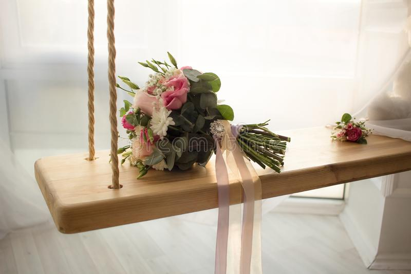 Hochzeit blüht Blumenstrauß auf Innenschwingen mit Fensterhochzeitshintergrund stockfoto