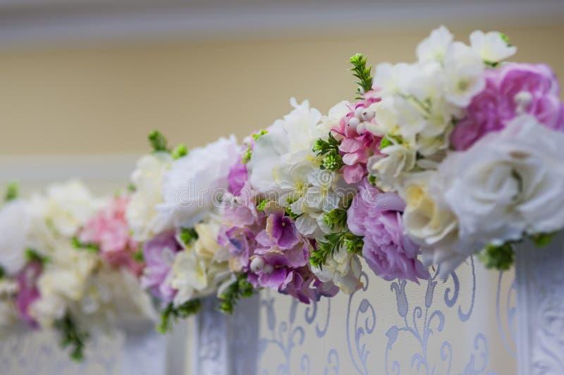 Hochzeit blüht Dekoration im Restaurant stockbild