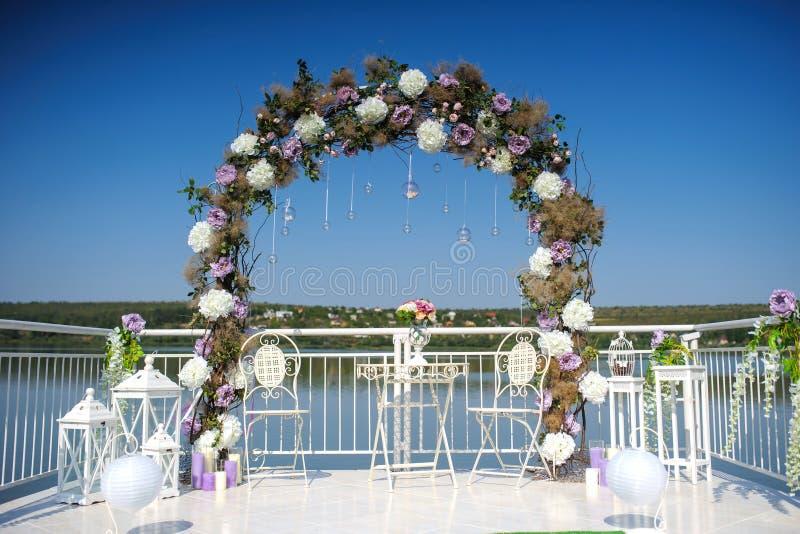 Hochzeit blüht Dekoration vom Ranunculus und von den Rosen stockfoto
