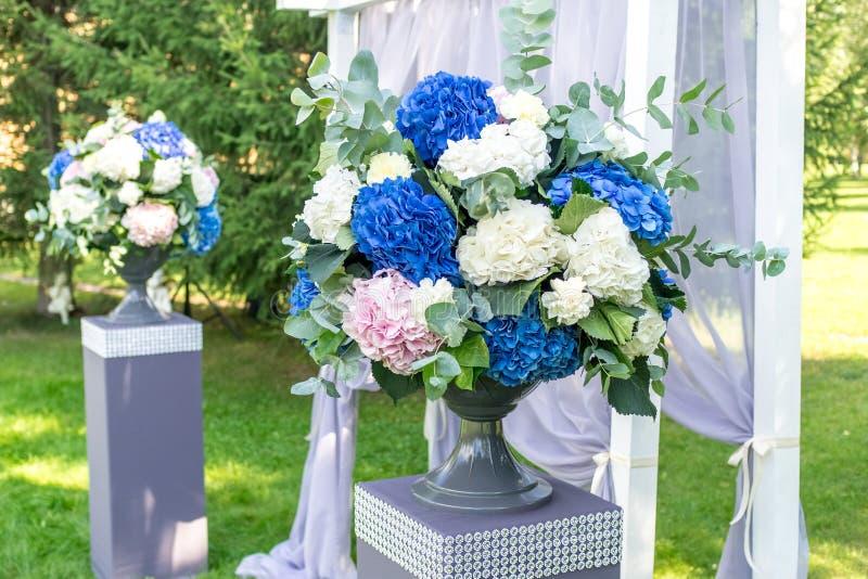 Hochzeit blüht Dekorationen stockbild