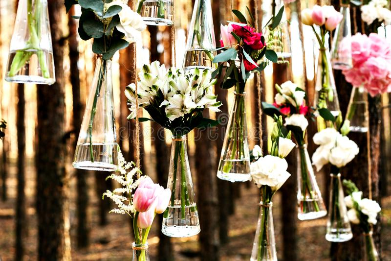 Hochzeit blüht Dekorationsbogen im Wald die Idee einer Hochzeitsblumendekoration stockfotos