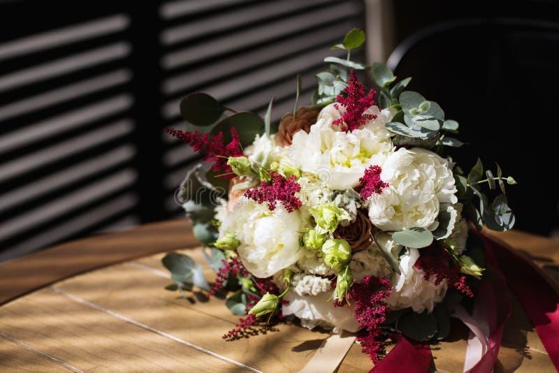 Hochzeit blüht den Blumenstrauß, der in der rustikalen Art gemacht wird stockfotografie