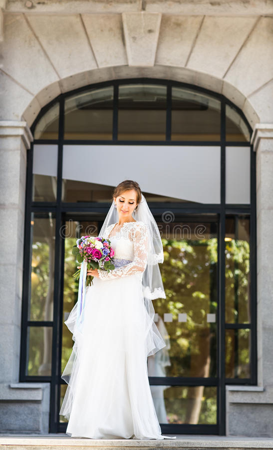 Hochzeit blüht, die Frau, die bunten Blumenstrauß mit ihren Händen am Hochzeitstag hält lizenzfreie stockfotografie