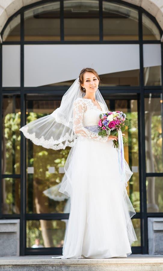 Hochzeit blüht, die Frau, die bunten Blumenstrauß mit ihren Händen am Hochzeitstag hält stockfoto