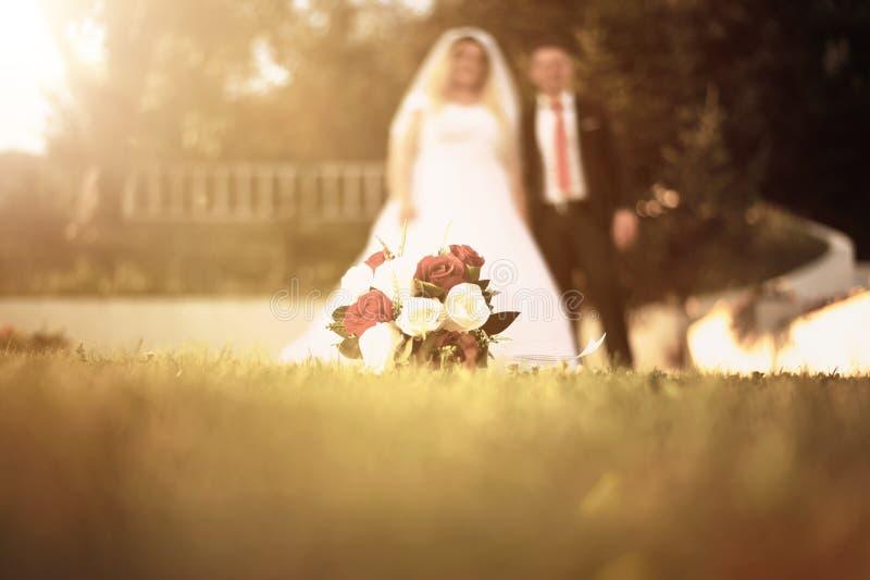 Hochzeit bouquete, das auf das Gras legt stockfotos