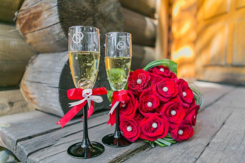 Hochzeit bouquete und Gläser Champagner lizenzfreies stockbild