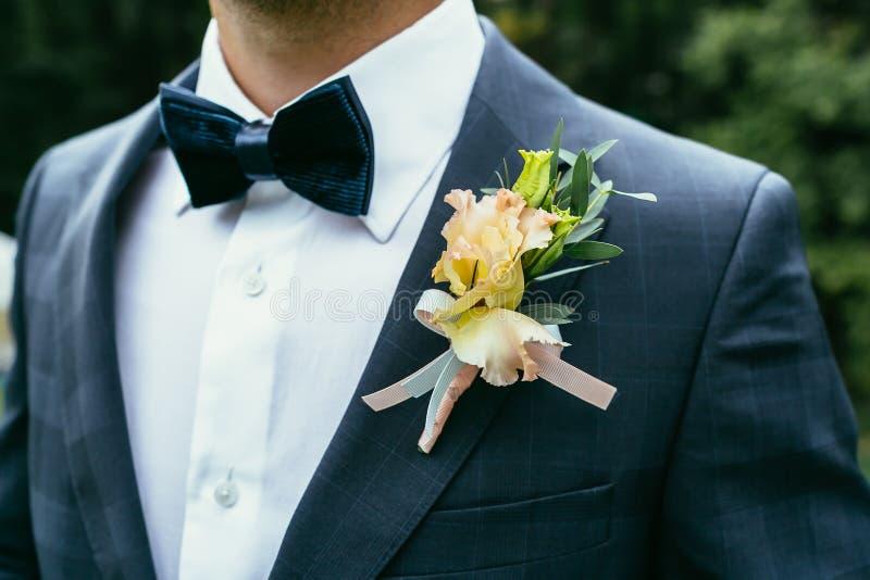 Hochzeit Boutonniere auf karierter Klage des Bräutigams mit Fliege stockbild
