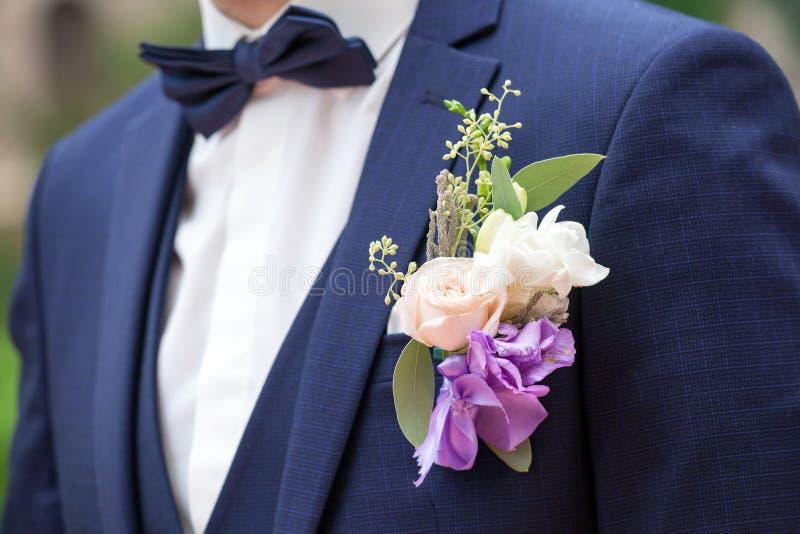 Hochzeit Boutonniere auf Klage des Bräutigams stockbild