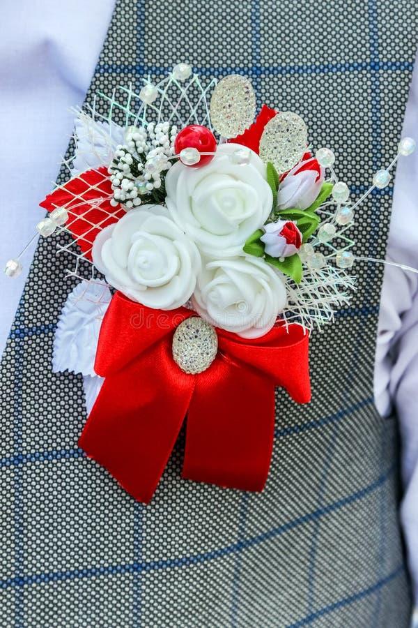 Hochzeit Boutonniere auf Revers der Jacke des Bräutigamtrauzeugen stockfotos