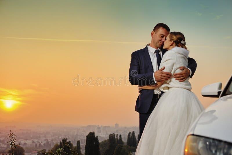 hochzeit Braut und Bräutigam bei Sonnenuntergang stockbild