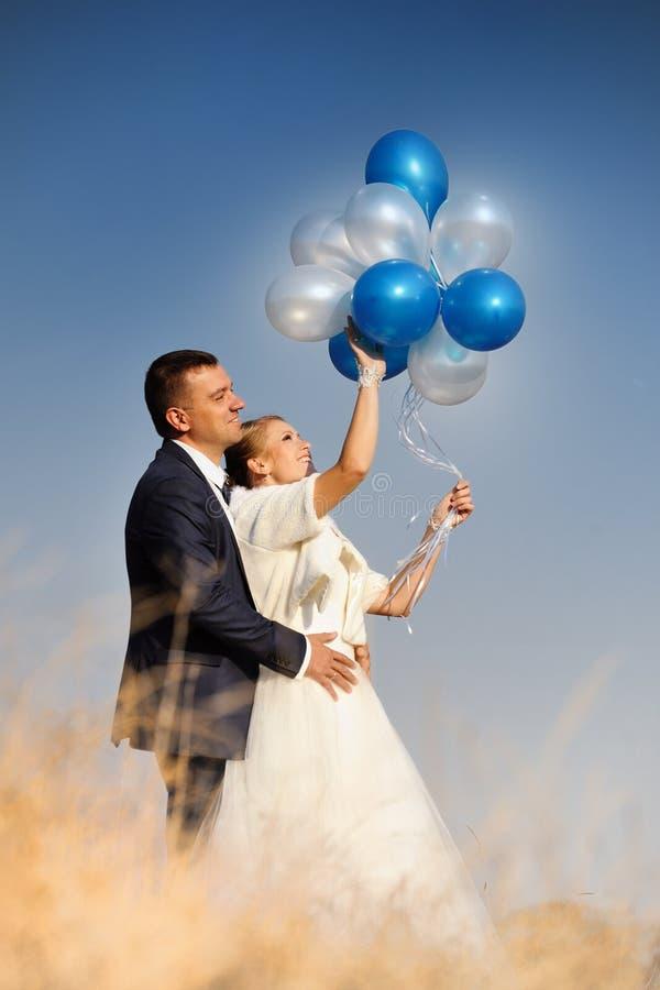 hochzeit Braut und Bräutigam mit Ballonen stockbild