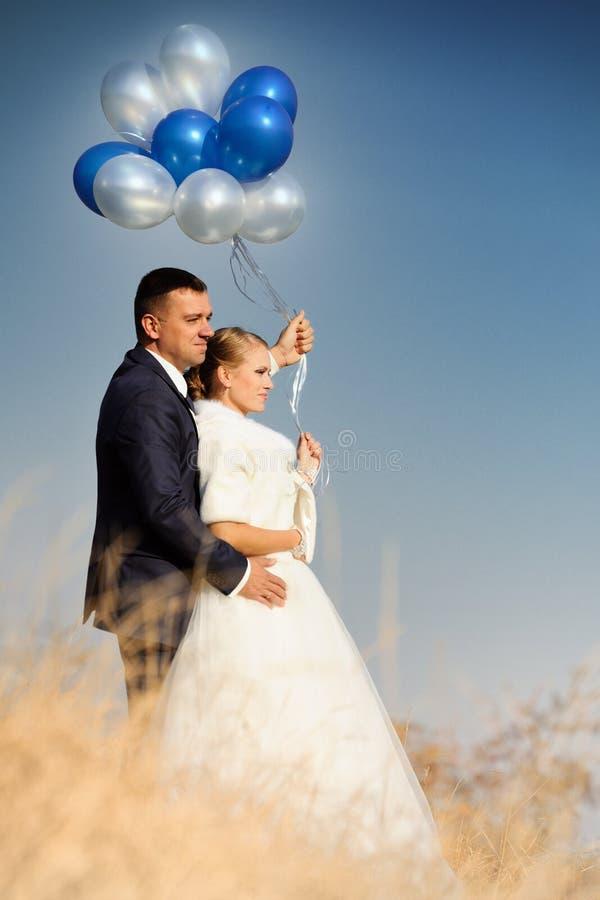 hochzeit Braut und Bräutigam mit Ballonen lizenzfreies stockfoto