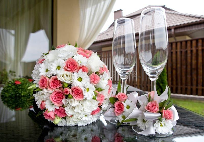 hochzeit Brautblumenstrauß- und Weingläser stockbild
