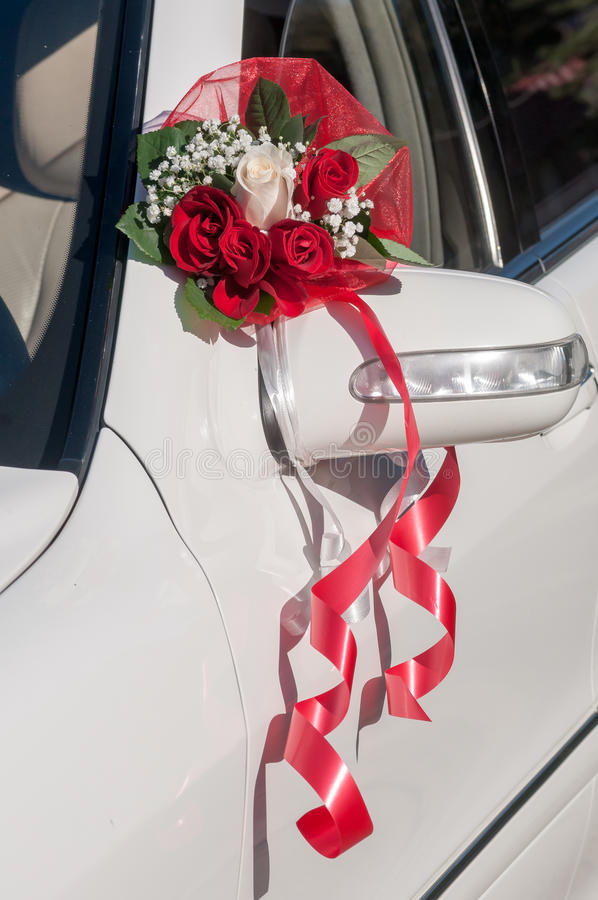 Hochzeit Cortege, liefert den Bräutigam und die Braut an die Hochzeitssite lizenzfreie stockfotos