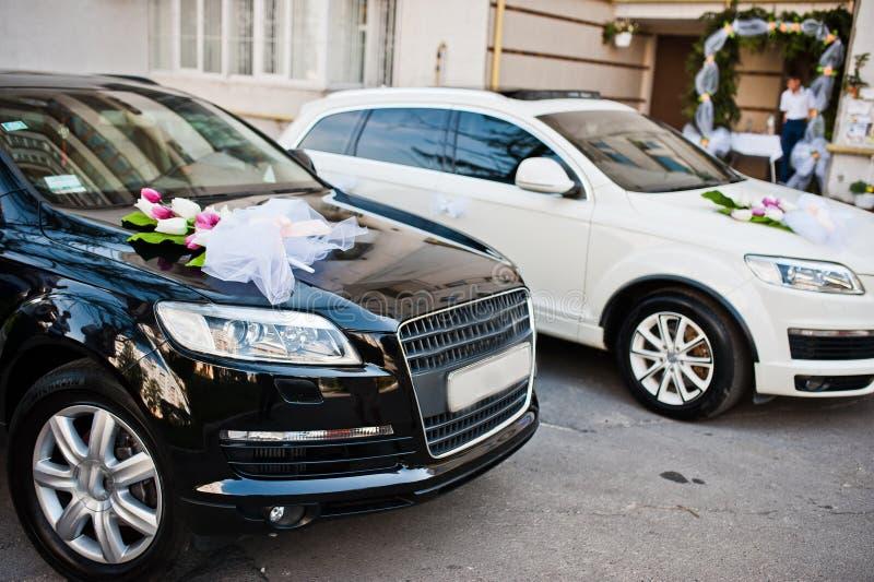 Hochzeit Cortege von Schwarzweiss-Autos stockbilder