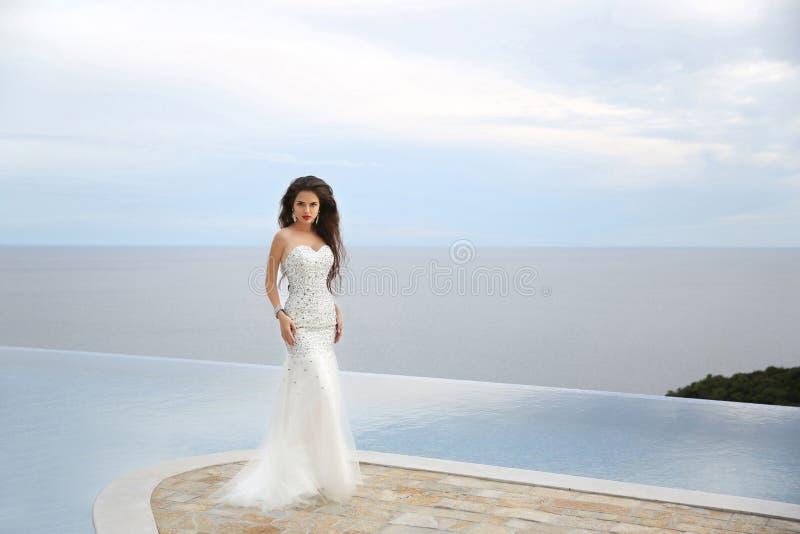 hochzeit Elegante Brautfrau der Schönheits-Mode Brunettemodell in L lizenzfreie stockbilder