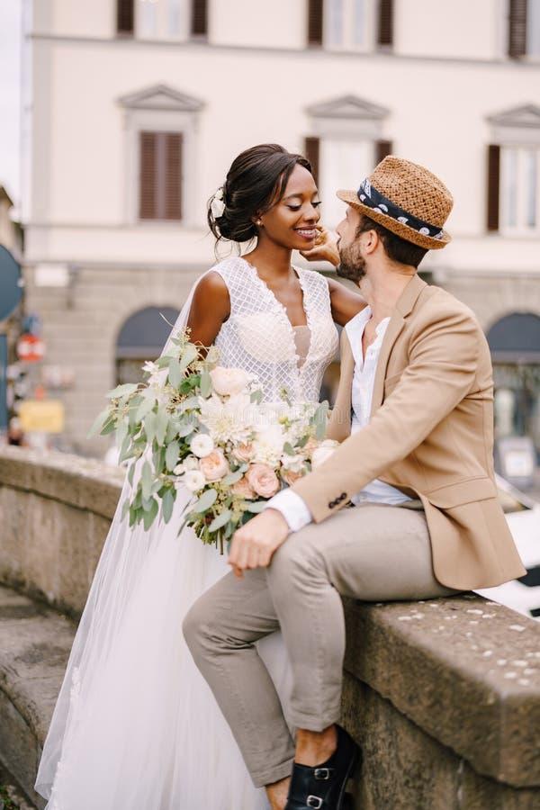 Hochzeit In Florenz Italien Zwischen Verschiedenen Rassen Hochzeitspaare Africanamerican Braut In Einem Weissen Kleid Mit Einem L Stockfoto Bild Von Attraktiv Herr 183856142