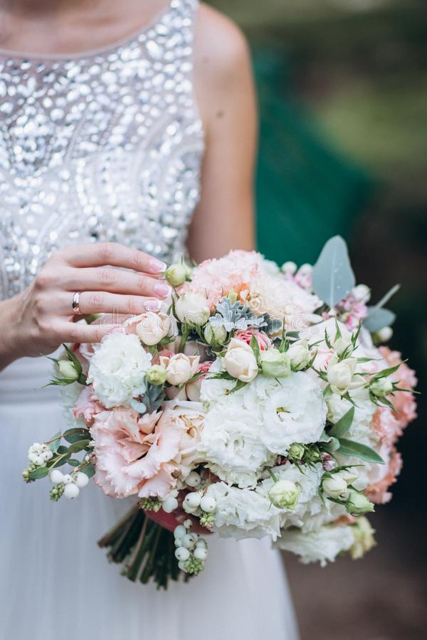 Hochzeit floristry in den H?nden der Braut stockbilder