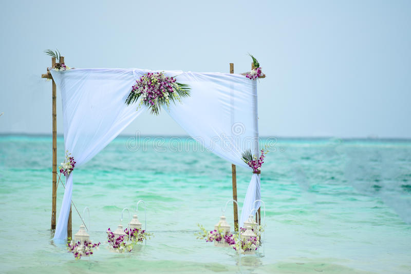 Hochzeit Gazebo-tropische Blume gründete auf Wasser Lagune in Malediven stockfotos
