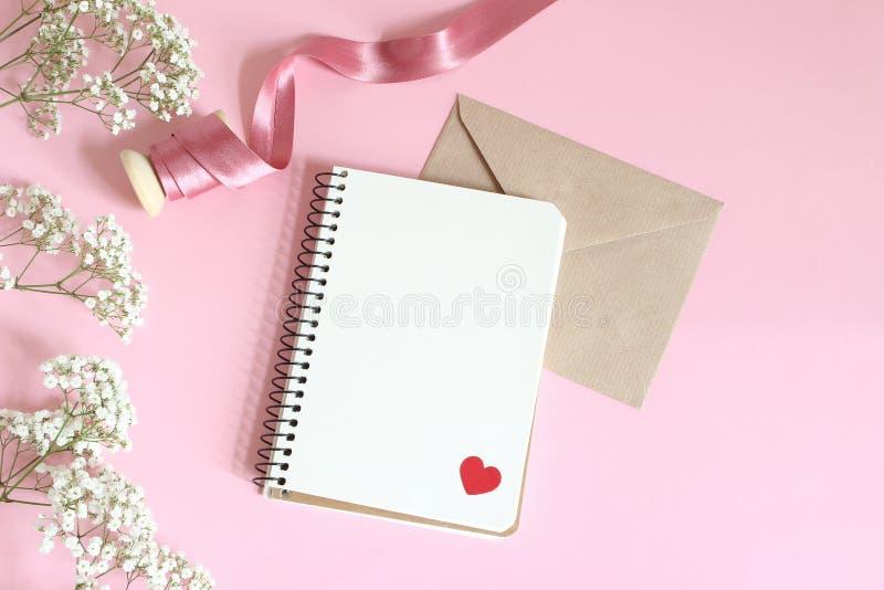 Hochzeit, Geburtstag oder Valentinsgrußbriefpapiermodell Weißer Baby ` s Atem Gypsophila blüht, Satinband, Kraftpapier lizenzfreie stockbilder