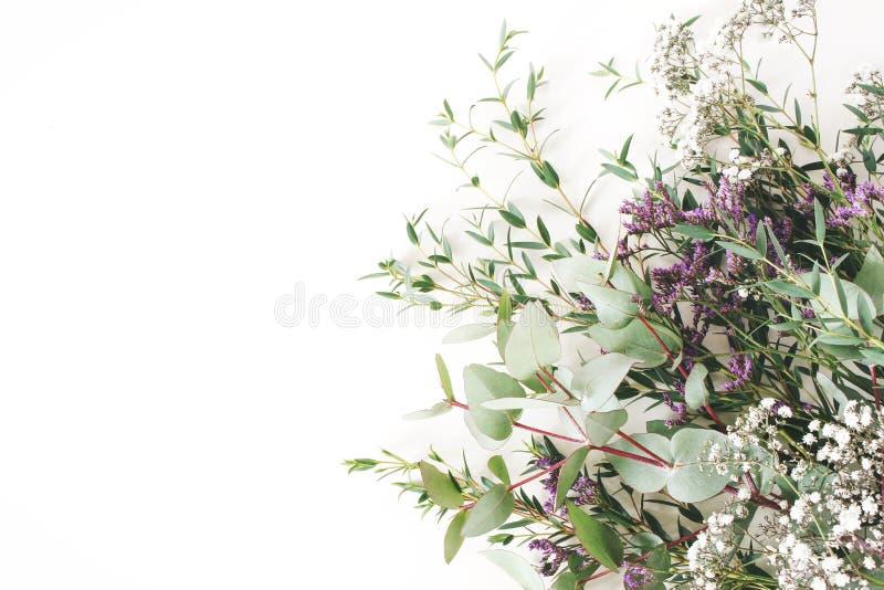 Hochzeit, Geburtstag redete Foto auf Lager an Weibliche Szene, Blumenzusammensetzung Bündel des Eukalyptus verzweigt sich, Baby ` stockfotos