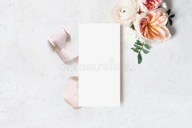 Hochzeit, Geburtstagsbriefpapier-Modellszene Unbelegte Men?karte Dekorative Blumenecke und Band Grüne Blätter, rosa lizenzfreie stockfotografie
