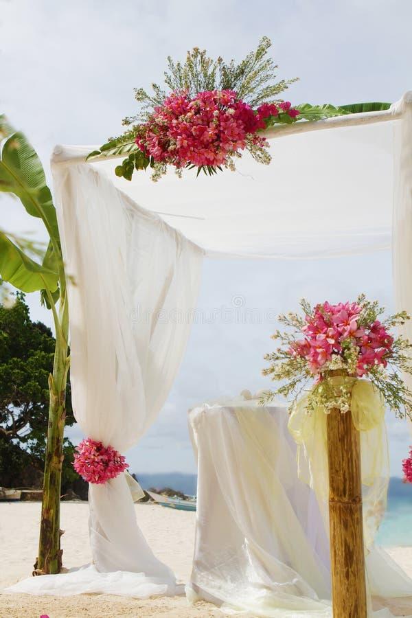 Hochzeit gründete und Blumen auf tropischem Strandhintergrund stockbilder