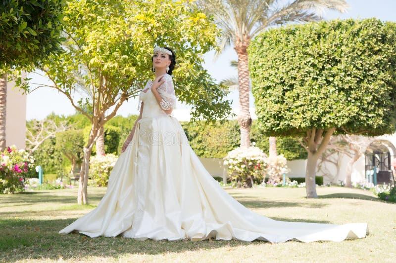 hochzeit Hochzeitskleidermode Hochzeitszeremonie mit hübscher Frau im schönen Kleid Hochzeitsmode im Sommer modern stockfoto