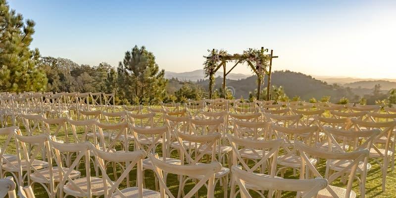 Hochzeit im Freien mit szenischer Ansicht an einem sonnigen Tag lizenzfreie stockfotografie