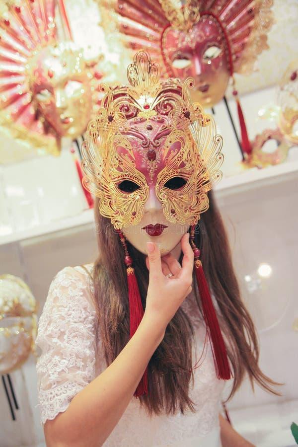 hochzeit Junge europäische Braut geht in Venedig Italien lizenzfreies stockfoto