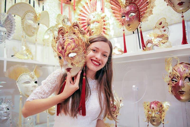 hochzeit Junge europäische Braut geht in Venedig Italien stockfotos