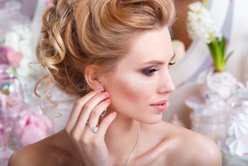 hochzeit Junge leichte ruhige Braut, die weg schaut herrliche Braut mit Modemake-up und -frisur stockfotos