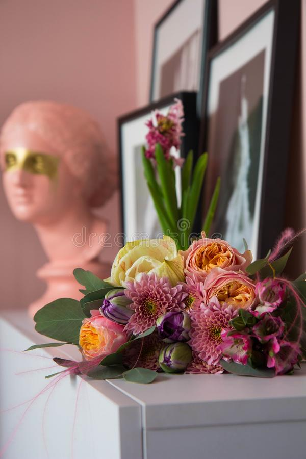 Hochzeit oder Ostern-Blumenstrauß auf dem Tisch stockfoto