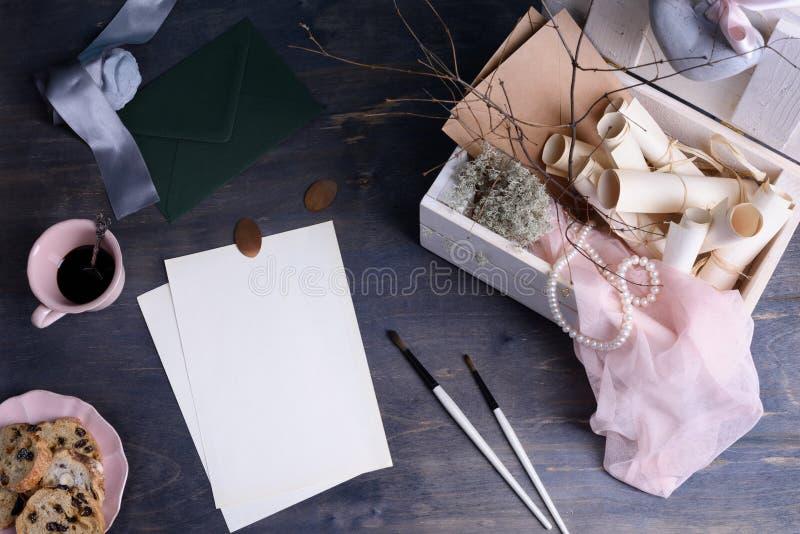 Hochzeit oder Valentinsgruß-Tageseinladungsrollen in Provence reden Holzkiste und Weinlesetasse kaffee an Draufsicht, Kopienraum lizenzfreie stockfotos
