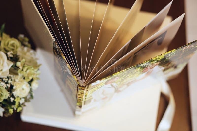 Hochzeit photobook für einige Seiten lizenzfreie stockbilder