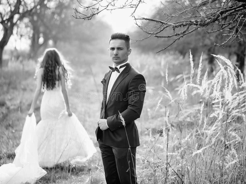 Hochzeit photosession Hochzeitspaare im Freien stockfoto