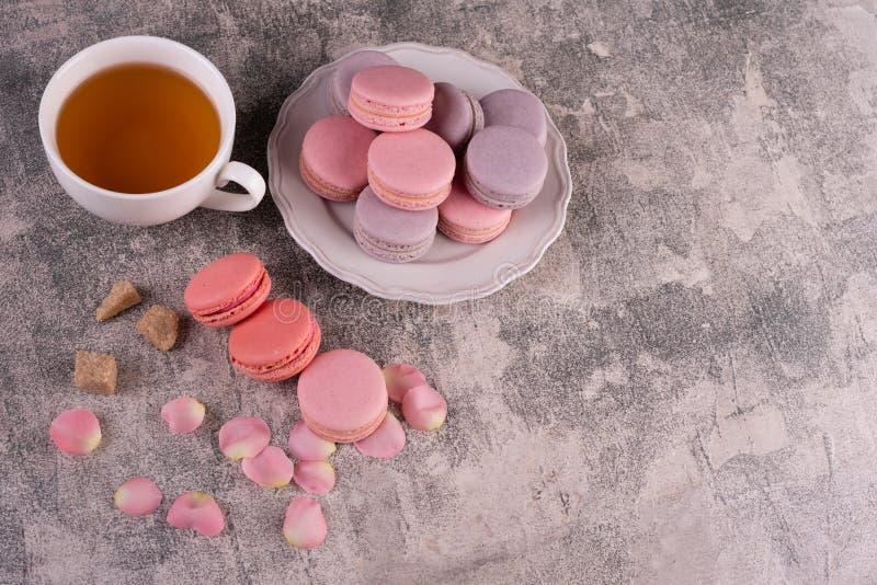 Hochzeit, St.-Valentinstag, Geburtstag, Vorbereitung, Feiertag Schöne rosa geschmackvolle macarons lizenzfreies stockbild