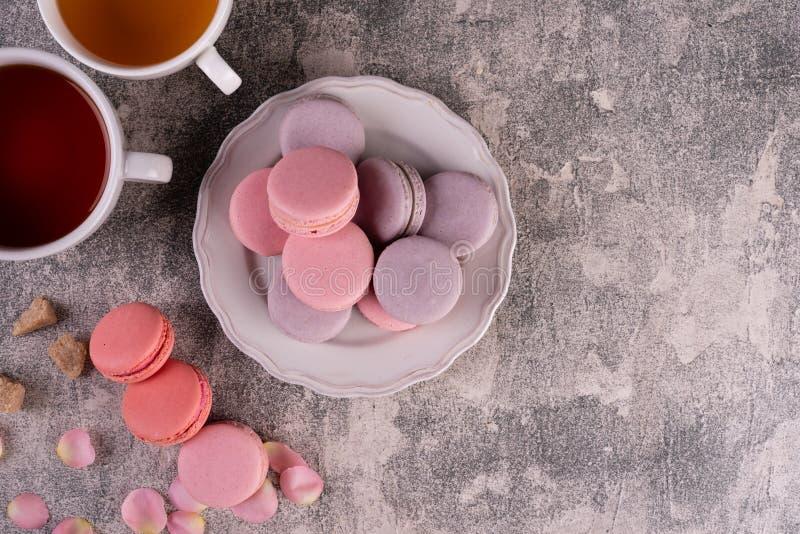 Hochzeit, St.-Valentinstag, Geburtstag, Vorbereitung, Feiertag Schöne rosa geschmackvolle macarons stockbild