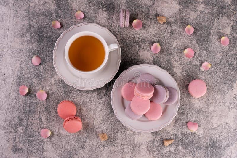 Hochzeit, St.-Valentinstag, Geburtstag, Vorbereitung, Feiertag Schöne rosa geschmackvolle macarons stockfotos