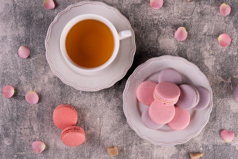 Hochzeit, St.-Valentinstag, Geburtstag, Vorbereitung, Feiertag Schöne rosa geschmackvolle macarons stockfotografie