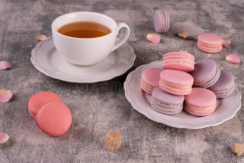 Hochzeit, St.-Valentinstag, Geburtstag, Vorbereitung, Feiertag Schöne rosa geschmackvolle macarons lizenzfreies stockfoto
