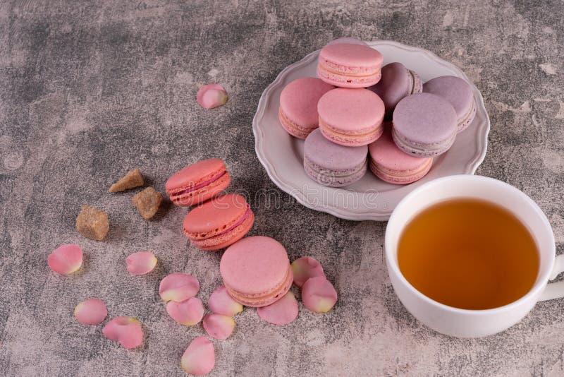 Hochzeit, St.-Valentinstag, Geburtstag, Vorbereitung, Feiertag Schöne rosa geschmackvolle macarons lizenzfreie stockfotografie